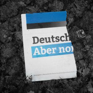 AfD Plakat liegt zerstört am Boden